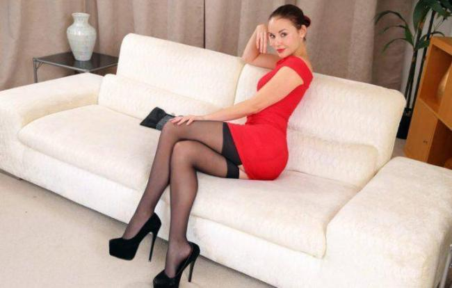 elilith-sofa-dress-legs.jpg