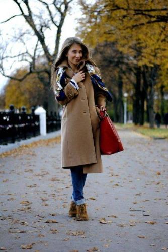 s-chem-nosit-korichnevoe-palto--31.jpg