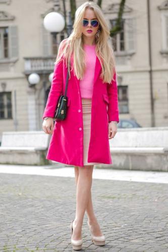 s-chem-nosit-rozovoe-palto-39.jpg