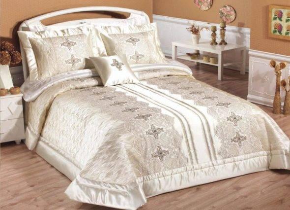 atlasnoe-pokryvalo-dlya-spalni-legkij-krasivyj-i-romantichnyj-variant-590x426.jpg